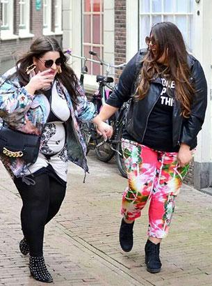 Fashion ผู้หญิงอวบ เสื้อดำกับกางเกงลายสีสัน เสื้องลายสีสันกับกางเกงดำ