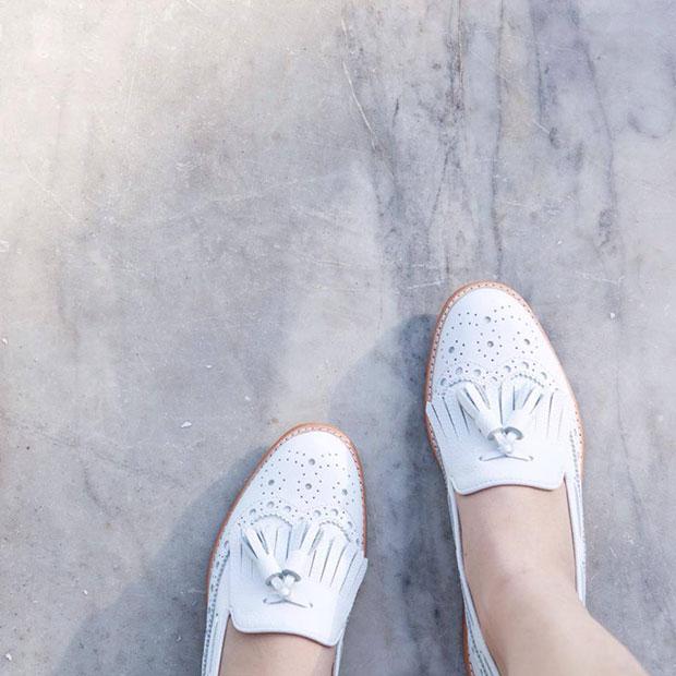 รองเท้าหนังสีขาว