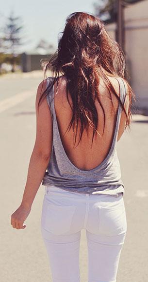 กางเกงยีนส์ขาว เสื้อกล้ามเทา เปิดหลัง