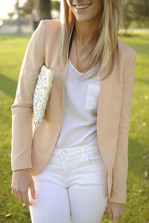 กางเกงยีนส์ขาว เสื้อขาว เสื้อคลุมสีพีช