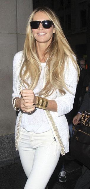 กางเกงยีนส์ขาว เสื้อยืดขาว เสื้อคลุมขาวขลิบทอง