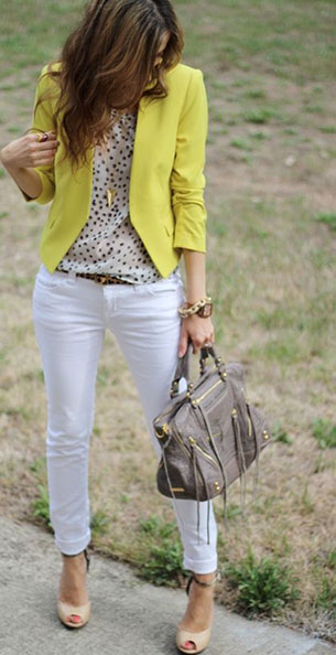 กางเกงยีนส์ขาว เสื้อลายจุด สูทเหลือง