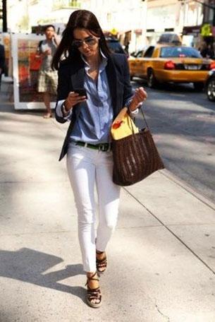 กางเกงยีนส์สีขาว เสื้อเชิ้ตยีนส์ฟ้า สูทน้ำเงิน