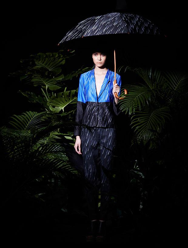สูทน้ำเงินดำ กางเกงดำ ลายพิมพ์ สายฝน