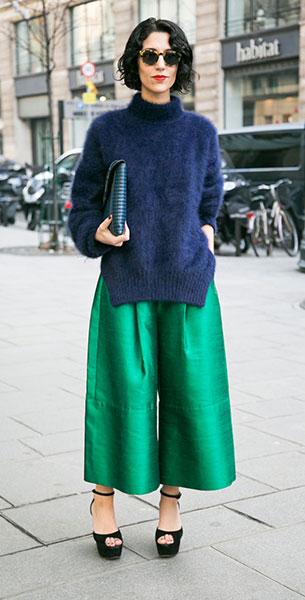 สเวตเตอร์ สีน้ำเงิน กางเกงบาน สีเขียว