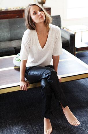 เสื้อขาว กางเกงหนังดำ