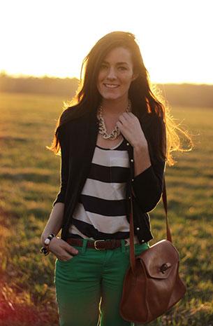 เสื้อคลุม สีดำ กางเกงยีนส์ สีเขียว