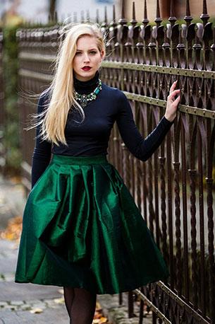 เสื้อคอเต่า สีดำ กระโปรงบาน สีเขียว
