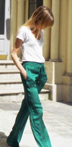 เสื้อยืดขาว กางเกงมัน สีเขียว
