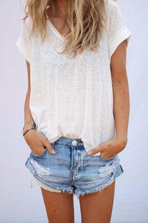 เสื้อยืดขาว กางเกงยีนส์สั้น