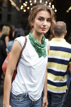 เสื้อยืดขาว กางเกงยีนส์ ผ้าผูกคอเขียว