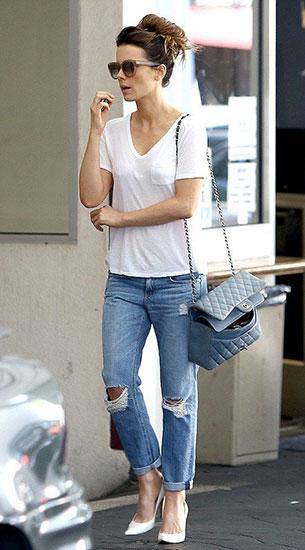 เสื้อยืดขาว กางเกงยีนส์
