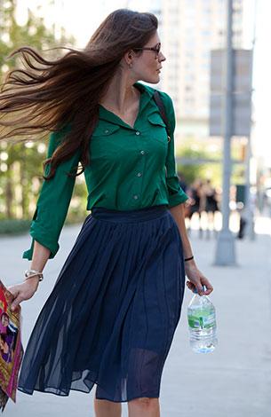 เสื้อเชิ้ต สีเขียว กระโปรง สีน้ำเงิน