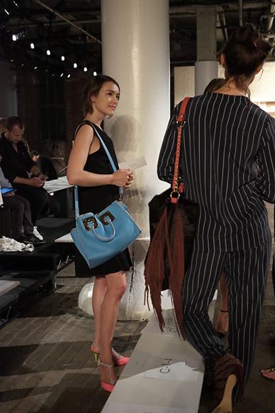 กระเป๋า สีฟ้า