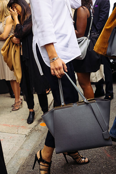 กรเป๋า สีเทา