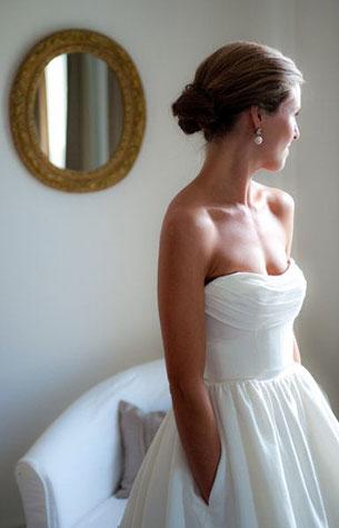 ชุดแต่งงานเรียบๆ เปิดไหล่