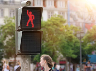 สัญญาณไฟแดงข้ามถนนเต้นตามคน