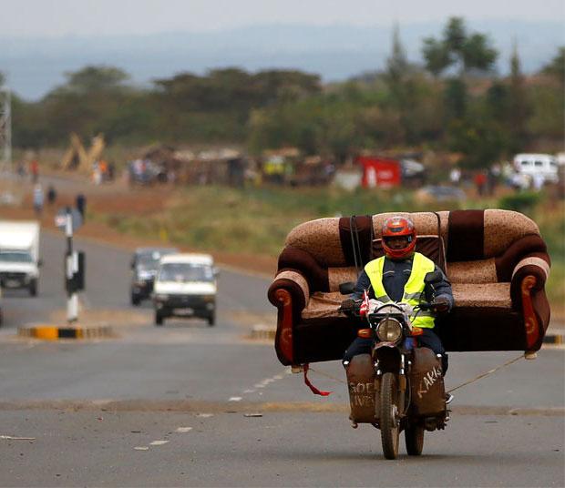 แอฟริกา มอเตอร์ไซค์ขนโซฟา เกินขนาด