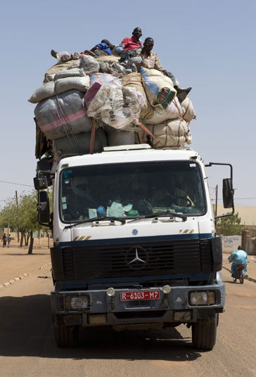 Africa รถสิบล้อขนของ เกินขนาด