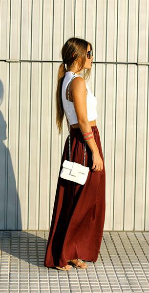 กระโปรง Maxi Zara สีแดงเลือดหมู เสื้อ Zara กระเป๋า Carpena Elda แว่นตากันแดด Emporio Armani กำไล Mercadillo