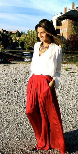 กระโปรง Maxi Zara สีแดง เสื้อ Zara รองเท้า Calzados Gredos แว่นตากันแดด Mango สร้อยคอ Stradivarius