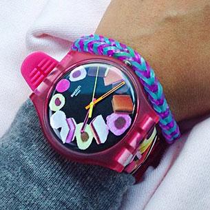 นาฬิกา Swatch กรอบชมพู หน้าปัดดำ สายชมพู เข็มส้มชมพูเหลือง ตัวเลขรูปขนมหวาน