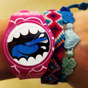 นาฬิกา Swatch กรอบชมพู หน้าปัดรูปอ้าปากดำน้ำเงินขาว สายชมพู เข็มน้ำเงิน