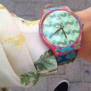 นาฬิกา Swatch กรอบชมพู หน้าปัดลายฟ้าเขียว สายฟ้าน้ำเงิน เข็มดำ