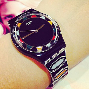 นาฬิกา Swatch กรอบดำ หน้าปัดดำ เข็มทอง สายดำฟ้าเหลือง