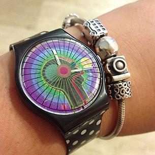 นาฬิกา Swatch กรอบดำ หน้าปัดด้านข้างคนสีดำเขียวน้ำเงินม่วง สายดำจุดขาว เข็มสีขาว
