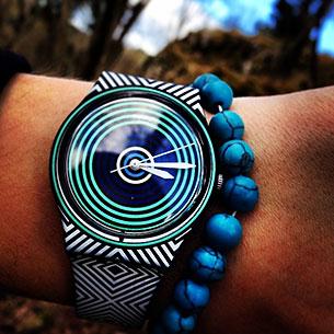 นาฬิกา Swatch กรอบดำ หน้าปัดลายวงกลมมิ้นท์น้ำเงินดำ สายลายเส้นดำขาว เข็มขาว