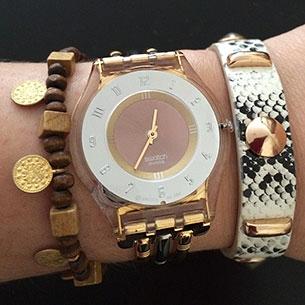 นาฬิกา Swatch กรอบใส หน้าปัดสีขาวสีเบส เข็มสีทอง สายโลหะสีทอง