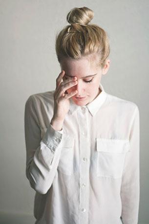 เสื้อเชิ้ต สีขาว เกล้าผมจุก