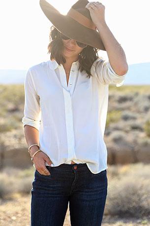 เสื้อเชิ้ต สีขาว  Everlane กางเกงยีนส์ MiH รองเท้า Isabel Marant หมวก Preston & Olivia กระเป๋า Weekender แว่นกันแดด Chloe