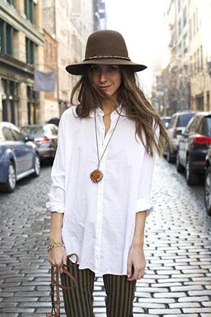 เสื้อเชิ้ต สีขาว LSK กางเกงยีนส์ Paige กระเป๋า Givenchy รองเท้า  Zara หมวก Worth and Worth