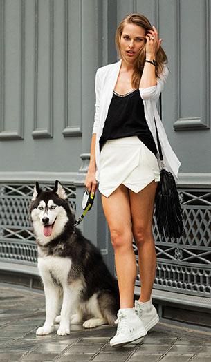 Skort สีขาว เสื้อสีดำ เสื้อคลุมสีขาว