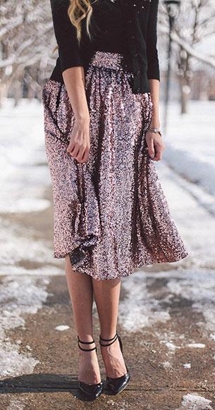 กระโปรงปักเลื่อม สีชมพู  River Island เสื้อไหมผม Kate Spade แว่นตากันแดด Valentino รองเท้าส้นสูง Asos