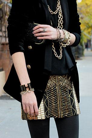 กระโปรงปักเลื่อม สีทอง Club Monaco สเว็ตเตอร์ Milly แจ๊คเก็ต Zara รองเท้าบู้ท Givenchy แว่นตากันแดด Burberry