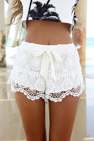 กางเกงขาสั้นลายลูกไม้ สีขาว SaboSkirt Milla Crochet Shorts