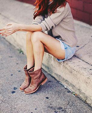 กางเกงยีนส์ขาสั้น เสื้อสเว็ตเตอร์ รองเท้าบู้ท Lucchese
