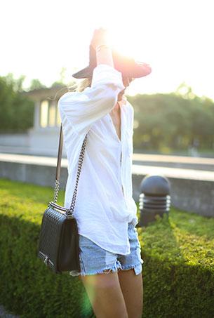 กางเกงยีนส์ขาสั้น Levi เสื้อเชิ้ต Current Elliott รองเท้าบู้ท Isabel Marant กระเป๋า Chanel แว่นตากันแดด Ray Ban หมวก Free People