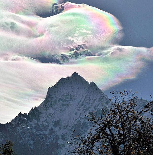 ภาพถ่าย กลุ่มเมฆสีรุ้ง ยอดเขา Thamserku