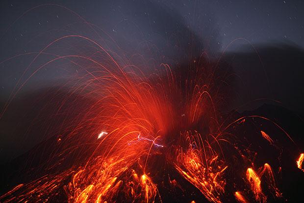 ภาพถ่าย ภูเขาไฟ Sakurajima กับสายฟ้า