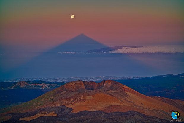 ภาพถ่าย เงารูปสามเหลี่ยมของภูเขาไฟ Mount Teide