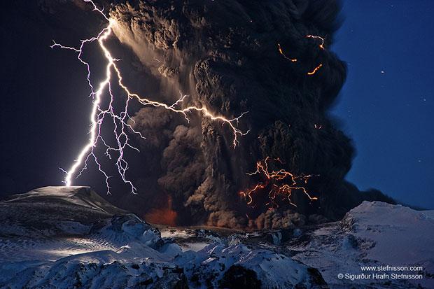 ภาพถ่าย เถ้าถ่านและสายฟ้าฟาดเหนือภูเขาไฟ ไอซ์แลนด์
