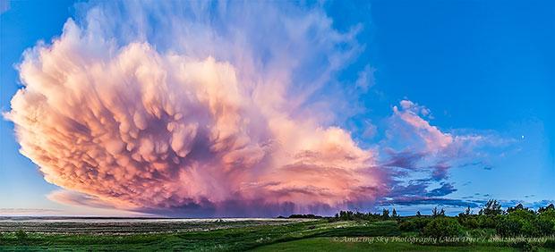 ภาพถ่าย เมฆฝนฟ้าคะนองล่าถอยยามพระอาทิตย์ตกดิน Alberta แคนาดา