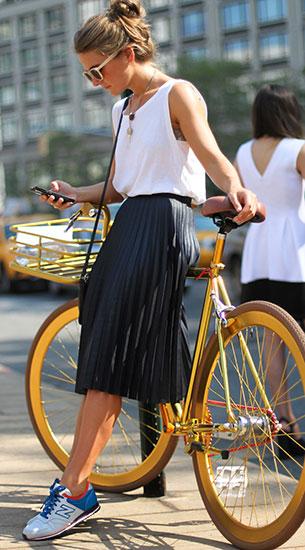 รองเท้า New Balance สีขาว ส้นสีฟ้า ตัวหนังสือขอบฟ้า เสื้อ Zara กระโปรง Zara แว่นตากันแดด Vintage
