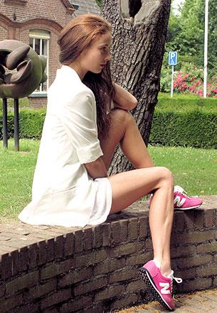 รองเท้า New Balance สีชมพู ตัวหนังสือสีขาว เสื้อคลุม Zara เดรส Zara กระเป๋า Michael Kors