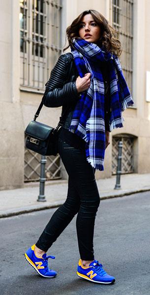 รองเท้า New Balance สีน้ำเงิน พื้นเหลือง ตัวหนังสือสีเหลือง กางเกงยีนส์ Zara แจ๊คเก็ต Mango นาฬิกา Marc Jacobs