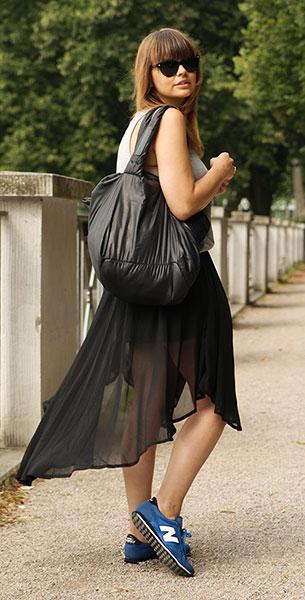รองเท้า นิวบาลานซ์ สีฟ้า ตัวหนังสือสีขาว เสื้อ Zara สร้อยคอ H&M นาฬิกา Michael Kors กระเป๋า Chloe แว่นตากันแดด Versace